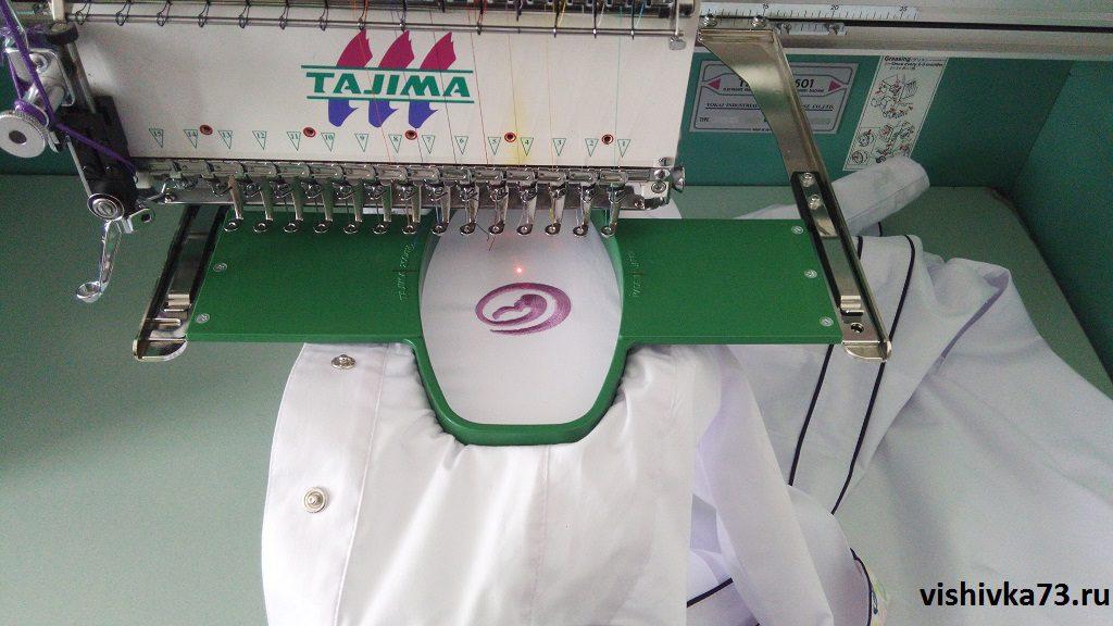 Процесс вышивки логотипа (фото)
